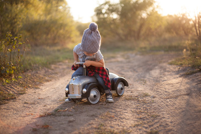 爸爸癲癇症發作 3歲童開玩具車求救