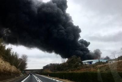 旁邊就是化工廠!千葉物流中心倉庫起火 燃燒逾2小時…黑煙漫成田機場