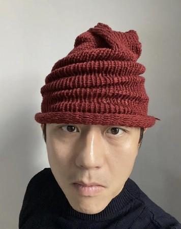▲▼鄧超爽戴孫儷親手織的毛帽,被網友笑虧搶銀行的。(圖/翻攝自微博)