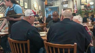 老阿嬤餐廳獨自吃飯 路人猶豫是否過去關心時…四個壯漢做出暖心舉動