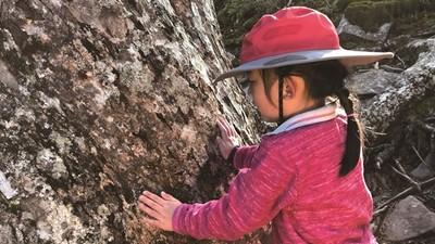 9個月大開始爬山!6歲女孩爬遍百岳 媽:自然是最好的教育