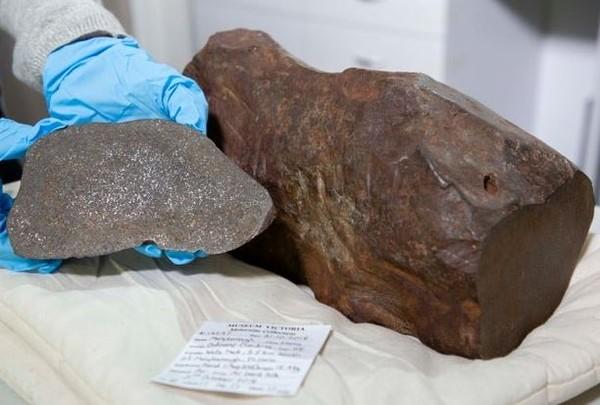 掏金男挖16kg巨石回家想發黃金財 3年切不開送鑑定「竟是46億年隕石」