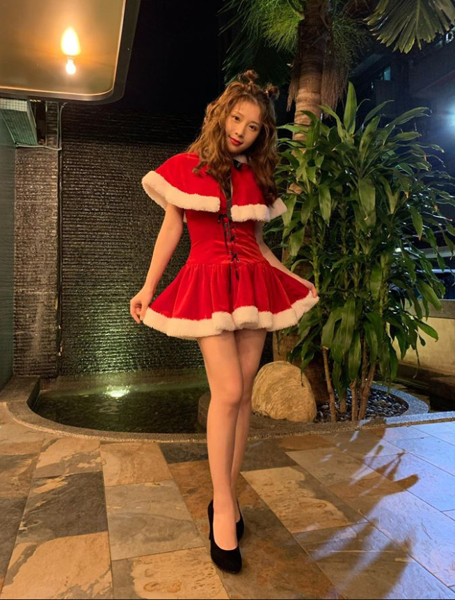 ▲▼雞排妹短裙聖誕裝露美腿。(圖/翻攝自雞排妹臉書)