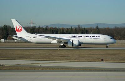 日航787客機玻璃碎裂 取消起飛