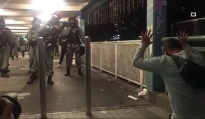 男下跪求「執法別太超過」 港警:我受得起!