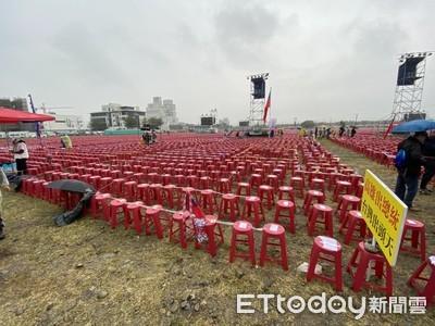 冒雨排10萬張紅椅!韓國瑜台中造勢 標哥拜拜求:天氣晴朗