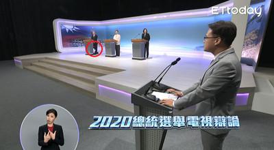 韓國瑜被爆疑在辯論會上「脫鞋搓腳」