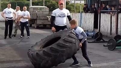 逼5歲兒每天健身!嚴格猛爸要他「雙手抬卡車巨輪」 網轟:手臂感覺要斷了
