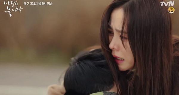 ▲雷/玄彬守住承諾:在我視線範圍一定保護妳!抱住孫藝真昏倒了。(圖/翻攝自tvN)