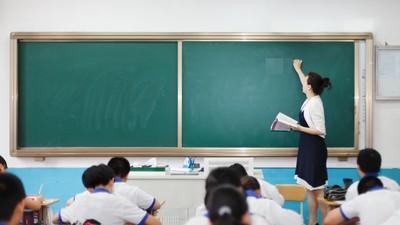 骨董級導師太會賣老! 走進音樂教室「拉學生去背書」絲毫不臉紅