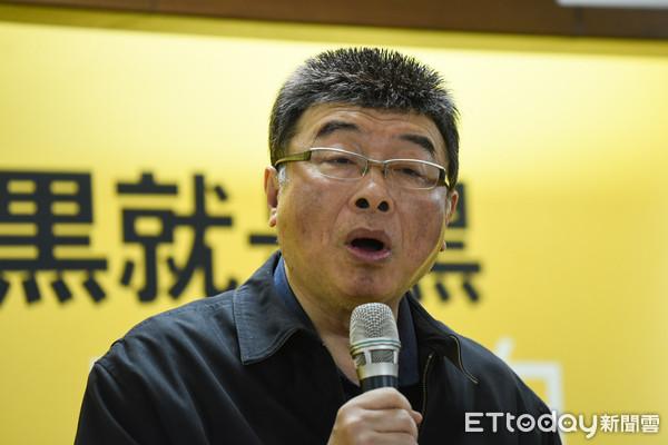 ▲新黨召開《全民公投KO惡法》下架反滲透法記者會,邱毅發言。(圖/記者林敬旻攝)