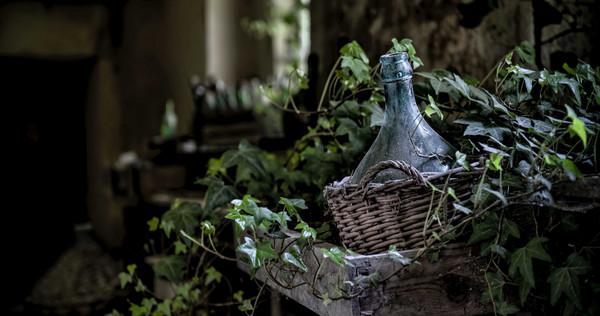 屋主在自家門前挖出一瓶深褐色老酒。(示意圖/取自Unsplash)
