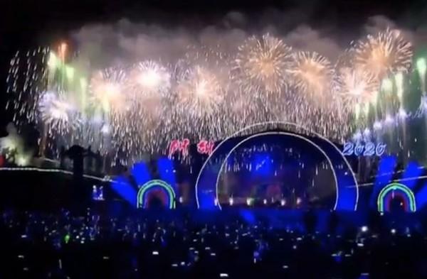 ▲▼北韓跨年迎2020!萬人齊聚平壤狂歡 燦爛煙火秀照亮黑夜。(圖/翻攝自KCNA)