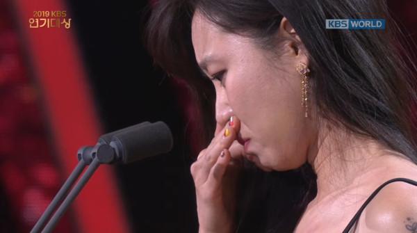 ▲孔曉振出道20年首奪大賞哽咽泛淚!姜河那:成為好演員前成為更好的人。(圖/翻攝自KBS)