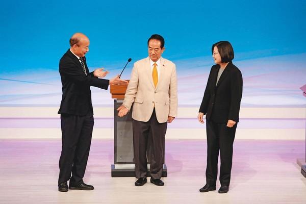 韓國瑜29日在電視辯論會上火力全開,砲火略過宋楚瑜,只瞄準總統蔡英文。(台北市攝影記者聯誼會提供)
