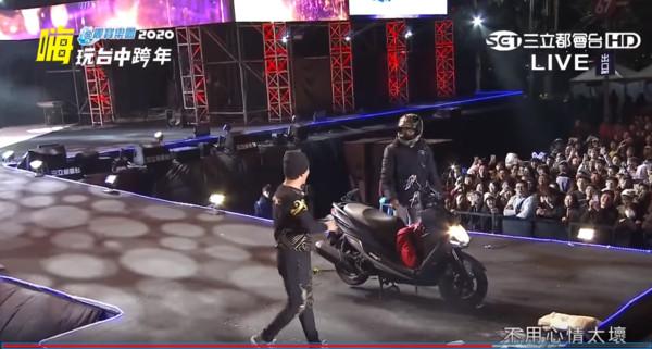 ▲▼吳宗憲跨年演唱,中途一位機車騎士把機車騎上台。(圖/翻攝自YouTube/三立電視)