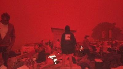 驚恐迎來「血色曙光」!澳野火跨年夜燒過天際 4000人受困準備跳海逃難