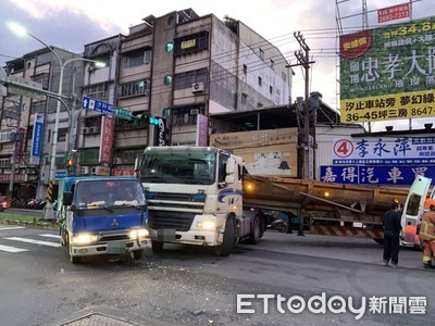 汐止大同路曳引車迴轉 碰撞小貨車1傷