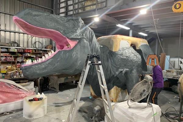 ▲謝金燕公開恐龍製作過程。(圖/翻攝自Facebook/謝金燕)
