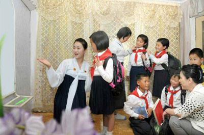 ▲▼張貞花和她照顧的孩子們(圖/翻攝自北韓재미동포전국연합회)