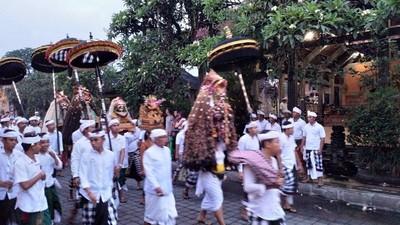 竹籃供品滿街放!峇里島烏布「迎接巴龍」文化 喧鬧中驅散大海惡神