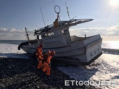 台東漁船深夜擱淺險翻覆 海巡救援脫