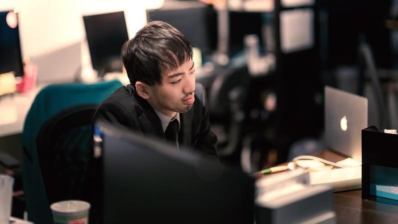 工作,職場,加班,孤單,男性(圖/取自免費圖庫pakutaso)