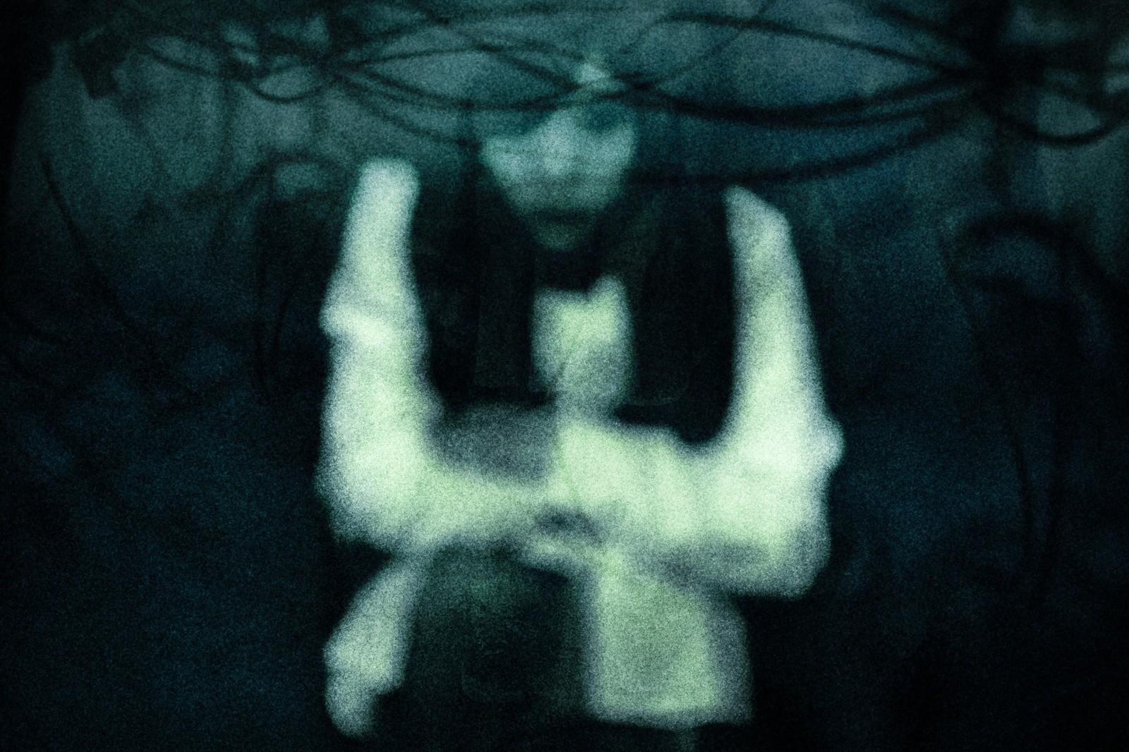 ▲▼女鬼抱著斷頭的孩子,眼神充滿怨恨和詛咒(示意圖/取自Pakutaso)