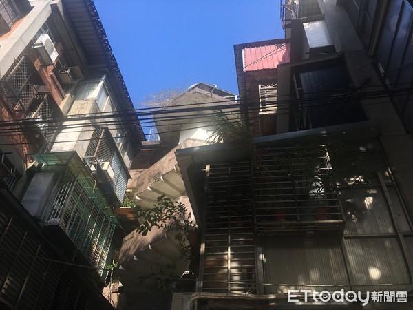 ▲▼北市萬華區南機場夜市房子大多老舊、違建問題多,2019年甚至出現公寓樓梯裂開現象,「忠勤社區」,其著名的「飛天旋轉樓梯」。(圖/記者張菱育攝)