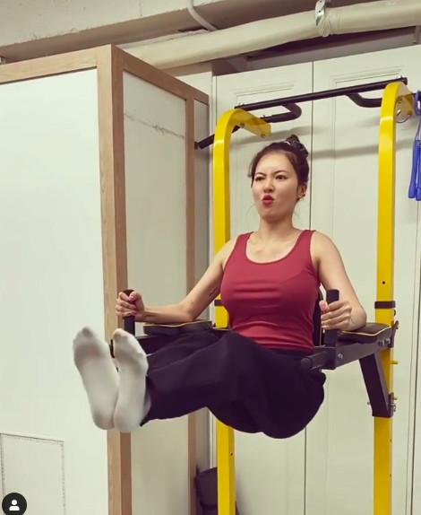 ▲▼泫雅35秒影片秀驚人核心肌耐力。(圖/翻攝自IG/hyunah_aa)