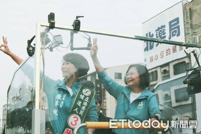 小英車隊台南掃街拜票民眾高呼勝利