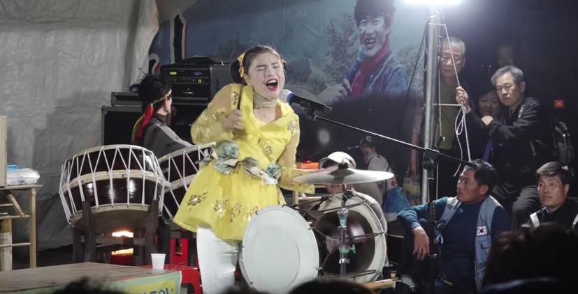 長輩網路費因為她爆增?韓國廟會女神爆紅 影片觀看數破 400 萬