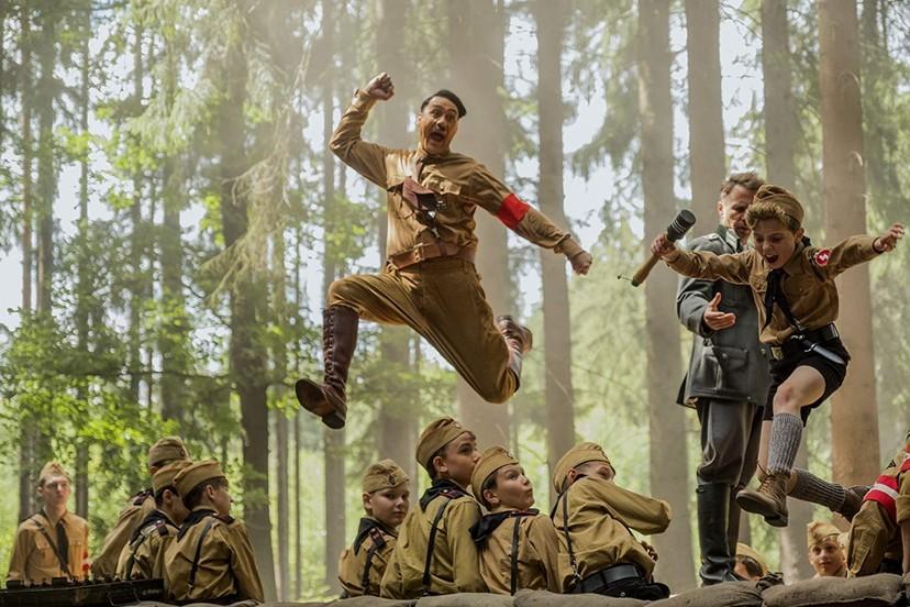 《兔嘲男孩》童趣幽默建構戰爭殘酷與黑暗   戲謔荒謬方式呈現虛構希特勒