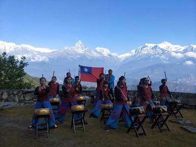 鼓棒震響尼泊爾!21身障者站喜馬拉雅山前