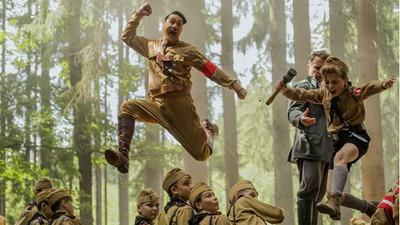 10歲小孩好友是「虛構希特勒」!《兔嘲男孩》用童趣幽默諷刺戰爭殘酷