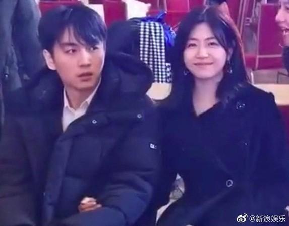 陳妍希見到有人偷拍,大方面對鏡頭微笑。(翻攝自娛樂有飯微博)