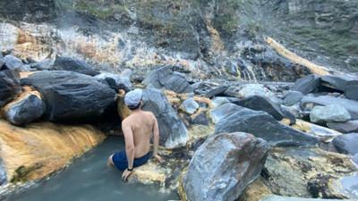 被硫磺染成畫!高雄絕美秘境「十三坑溫泉」 爬到筋疲力盡也超值