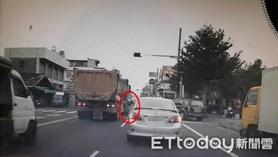驚悚影片曝!彰化男「小跑步過馬路」遭輾斃