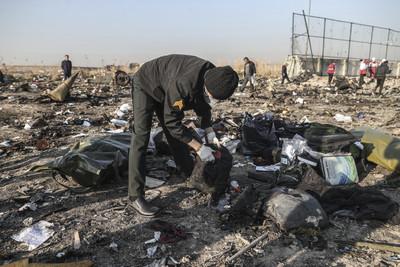 影片曝!烏航班機遭伊朗兩枚飛彈攻擊