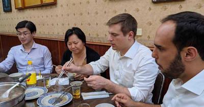 外國記者吃「台南神級牛肉爐」驚艷