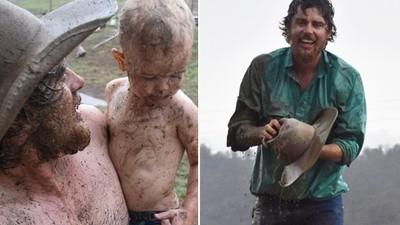 出生後「第一次觸摸雨珠」!澳兩歲童在泥巴坑玩嗨 父落淚:久旱逢甘霖