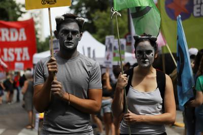 澳洲野火燒到失控 上萬民眾憤怒「還繼續火力發電」