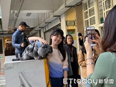 「港湖女神」高嘉瑜投票 支持者開心抱愛犬合影
