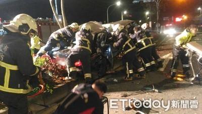 鶯歌3人深夜開車出遊...自撞分隔島1死1昏迷