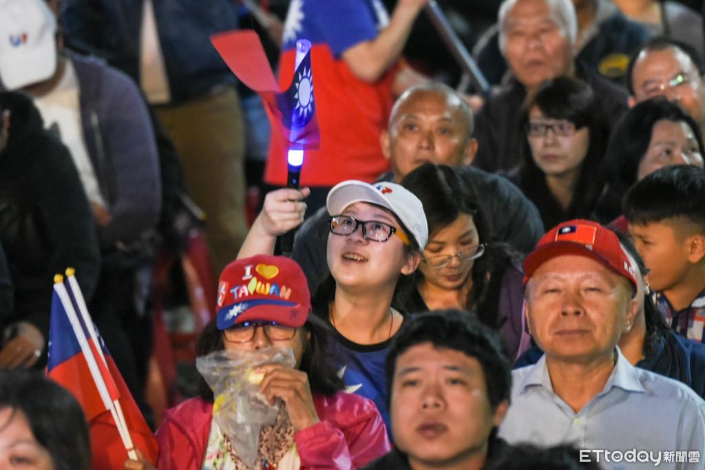▲韓國瑜高雄競選總部開票落後,現場炒熱氣氛。(圖/記者林敬旻攝)