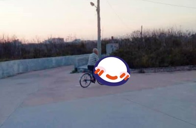 原嫌抱狗很髒 外公騎車載汪兜風