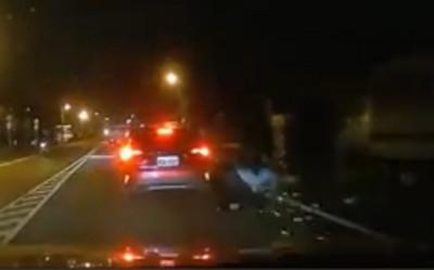 騎士擦撞違停車遭夾擊!爬起頭昏險被後車擊落
