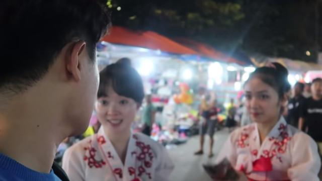▲南韓Youtuber上前向兩位漂亮的北韓女孩搭話(圖/翻攝自Youtube/@희철리즘Heechulism)