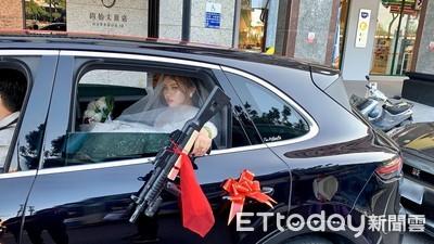 霸氣新娘「車窗辣丟槍」!親友曝用意