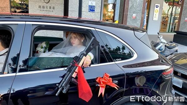 霸氣新娘「車窗辣丟槍」!親友曝用意:希望不要常常撿到槍 車一開婚攝笑噴